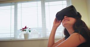 Portret van een glimlachend zeer indrukwekkend tienermeisje die een VR gebruiken heeft zij die nieuwe technologie onderzoeken, zi stock videobeelden