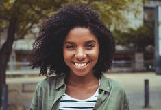 Portret van een glimlachende afro Amerikaanse jonge vrouw stock afbeeldingen