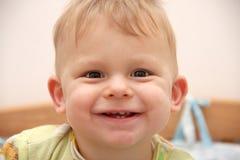 Portret van een glimlachende babyjongen royalty-vrije stock fotografie