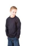 Portret van een glimlachende bevindende jonge jongen Stock Foto's