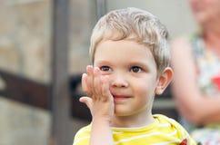 Portret van een glimlachende blonde jongen stock afbeeldingen
