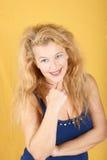 Portret van een glimlachende blonde vrouw Stock Afbeelding