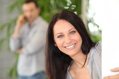 Portret van een glimlachende bruin-haired vrouw Stock Foto