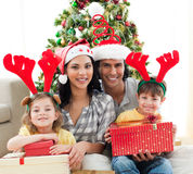 Portret van een glimlachende familie in de tijd van Kerstmis Royalty-vrije Stock Fotografie