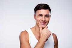 Portret van een glimlachende jonge mens Stock Afbeeldingen