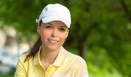 Portret van een glimlachende jonge sportenvrouw Stock Fotografie