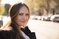 Portret van een glimlachende jonge vrouw in de stad Stock Fotografie