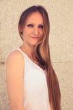 Portret van een glimlachende jonge vrouw in de stad Stock Foto's