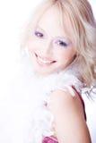 Portret van een glimlachende jonge vrouw met boa over hij Stock Foto's