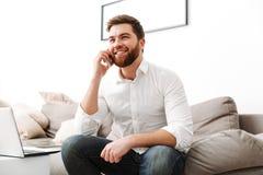 Portret van een glimlachende jonge zakenman stock foto