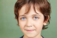 Portret van een glimlachende jongen Stock Foto