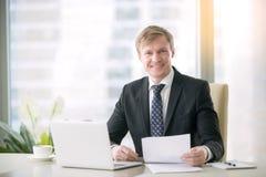 Portret van een glimlachende knappe zakenman royalty-vrije stock afbeelding