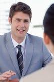 Portret van een glimlachende manager die een vrouwelijke kandidaat interviewen royalty-vrije stock afbeeldingen