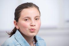 Portret van een glimlachende tiener Stock Foto's