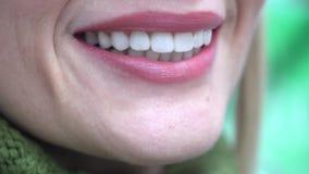Portret van een glimlachende vrouw die camera na het bezoeken van de tandarts bekijken