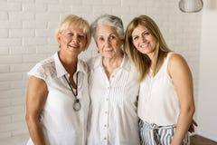 Portret van een glimlachende vrouw, een grootmoeder en een kleindochter stock foto's