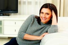 Portret van een glimlachende vrouw op middelbare leeftijd Stock Foto's