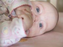 Portret van een grappig babymeisje Royalty-vrije Stock Fotografie