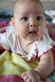 Portret van een grappig babymeisje Royalty-vrije Stock Afbeeldingen