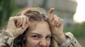 Portret van een grappig meisje stock video