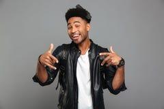 Portret van een grappige afro Amerikaanse mens in leerjasje royalty-vrije stock foto