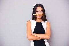 Portret van een grappige vrouw met potlood stock afbeelding