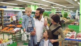 Portret van een grote gelukkige familie in de supermarkt Het winkelen en mensenconcept stock footage