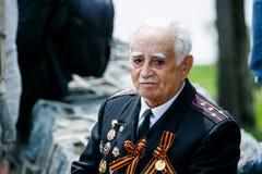Portret van een Grote Patriottische Oorlog van de Wereldoorlog IIveteraan in militaire eenvormig met medailles royalty-vrije stock afbeeldingen