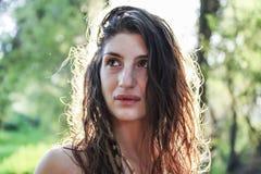 Portret van een heidense vrouw die in het wilgenbos benieuwd zijn royalty-vrije stock foto