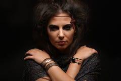 Portret van een heks op een donkere achtergrond Royalty-vrije Stock Foto's