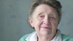 Portret van een hoger Kaukasisch vrouwen` s gezicht stock footage