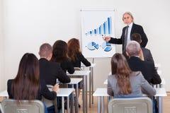 Portret van een hogere manager die presentatie geeft stock afbeelding