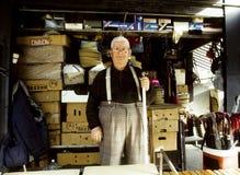 Portret van een hogere mens in zijn winkel Royalty-vrije Stock Foto's