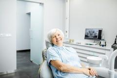 Portret van een hogere vrouw op het tandkantoor royalty-vrije stock afbeelding