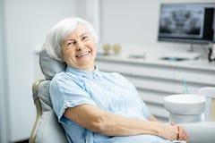Portret van een hogere vrouw op het tandkantoor stock afbeelding
