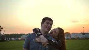 Portret van een houdend van paar in het park bij zonsondergang stock footage