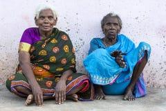 Portret van een Indische oude hogere slechte vrouw met saree stock foto