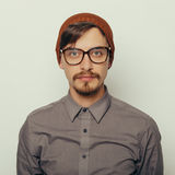 Portret van een interessante jonge mens in de winterkleren Stock Fotografie