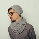 Portret van een interessante jonge mens in de winterkleren Stock Foto