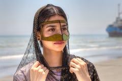 Portret van een Iraans meisje in traditionele kleding zuidelijk Iran stock afbeelding