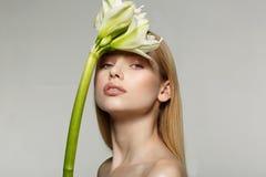 Portret van een jong aantrekkelijk meisje met mooie samenstelling, lang haar, perfecte huid stock foto's