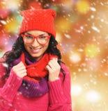 Portret van een jong brunette in rode de winterkleren Stock Foto