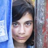 Portret van een jong donker-haired meisje met expressieve ogen in openlucht Stock Fotografie
