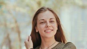 Portret van een jong en glimlachend meisje in de zomerdag De close-up van het gezicht De close-up van het gezicht stock footage