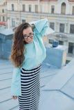 Portret van een jong en mooi meisje met oogglazen dat in de avond op de daken van de oude stad loopt Het concept bevrijd stock foto's