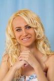 Portret van een jong glimlachend blonde stock afbeeldingen