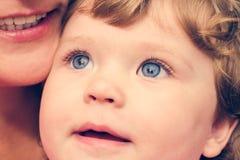 Portret van een jong kind met blauw ogenclose-up Royalty-vrije Stock Afbeelding