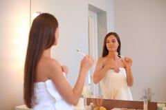 Portret van een jong meisje die haar tanden schoonmaken Royalty-vrije Stock Fotografie
