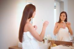 Portret van een jong meisje die haar tanden schoonmaken Stock Fotografie