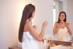 Portret van een jong meisje die haar tanden schoonmaken Royalty-vrije Stock Afbeelding